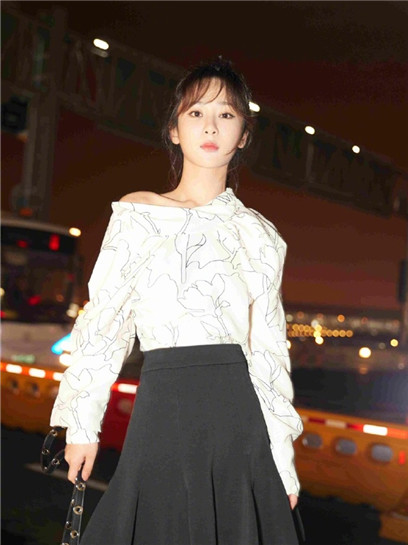杨紫启程前往巴黎时装周