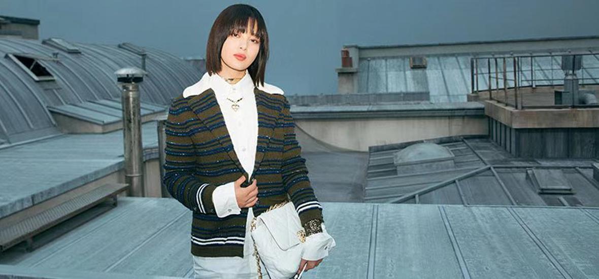 和辛芷蕾站在巴黎的屋顶上,看CHANEL浪漫爱情电影是什么感觉?