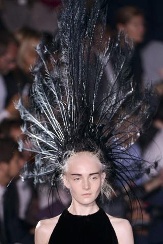 LV 2014春夏秀场造型黑白羽毛发饰肆意张扬