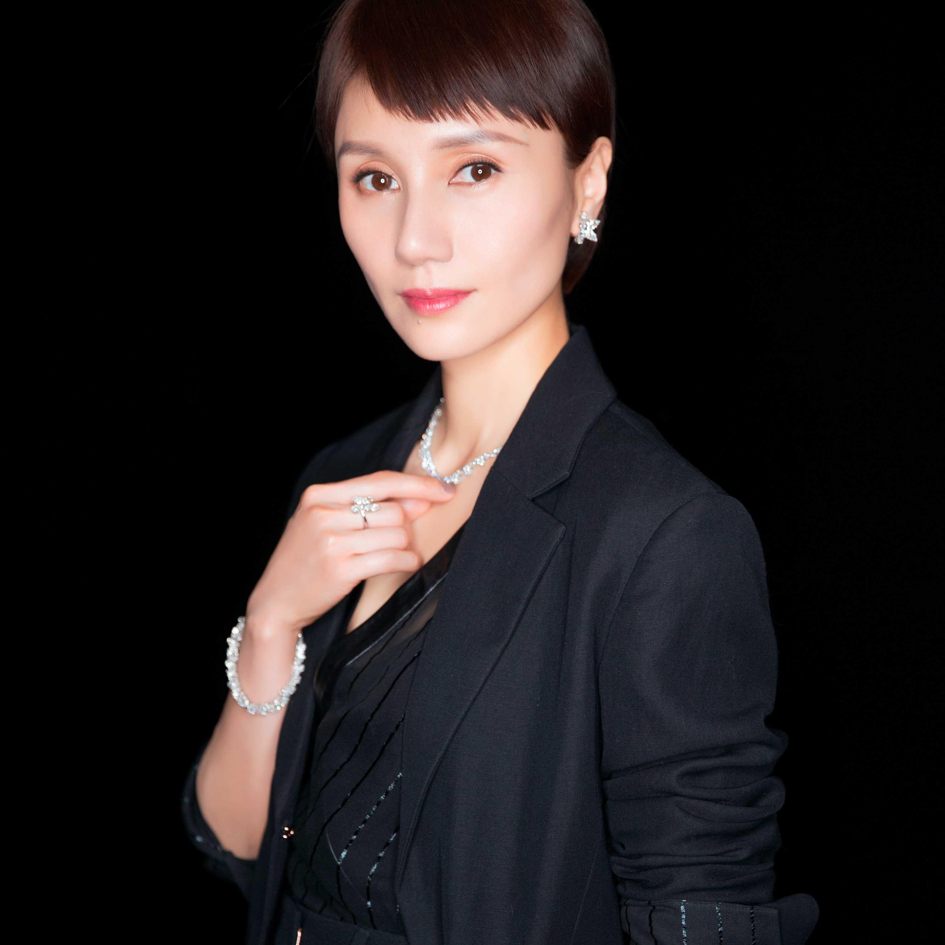 """海瑞温斯顿见证袁泉 荣膺 2017 微博之夜""""年度女神"""